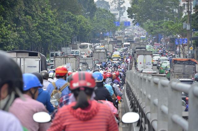 Khu vực Lăng Cha Cả, cầu vượt công viên Hoàng Văn Thụ, Trần Quốc Hoàn giao thông tê liệt, các phương tiện vất vả lưu thông qua đây (ảnh Đình Thảo)