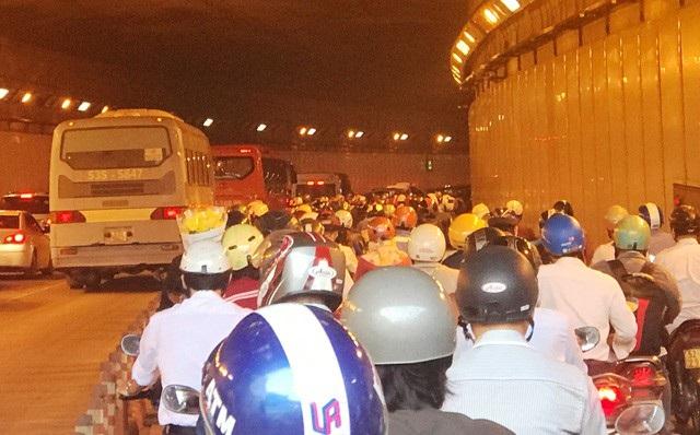 Kẹt xe ở hầm vượt sông Sài Gòn (ảnh Đ.L)