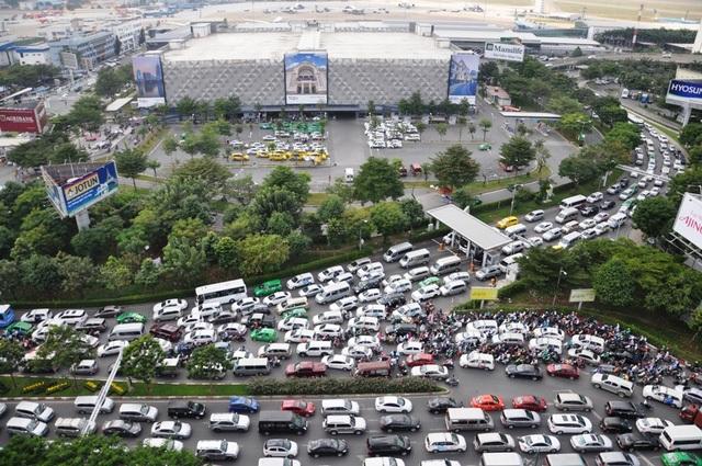 Khu vực sân bay Tân Sơn Nhất là một trong 2 điểm kẹt xe cực nóng của thành phố (ảnh Đình Thảo)