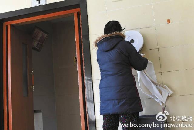 Tình trạng du khách và người dân địa phương ăn trộm hay lấy giấy vệ sinh quá nhiều diễn ra thường xuyên tại các điểm WC công cộng