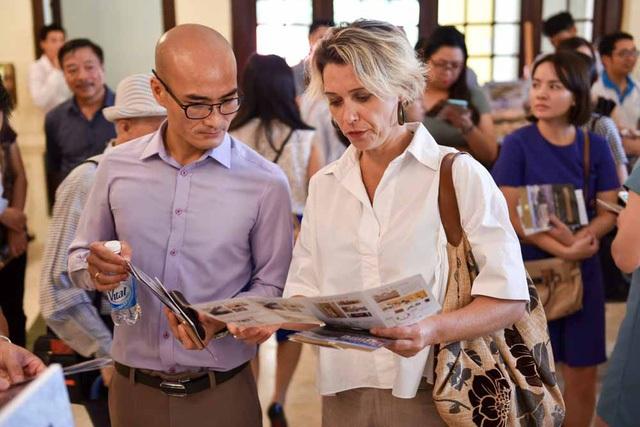 Khách du lịch nước ngoài cũng hào hứng với chương trình tham quan và thưởng thức nghệ thuật tại Nhà hát Lớn. Ảnh: Toàn Vũ.