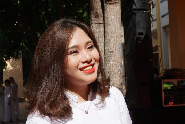Nụ cười rạng rỡ của nữ sinh Trường THPT Huỳnh Thúc Kháng trong ngày khai giảng