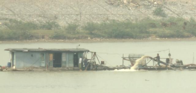 Tình hình khai thác cát trên sông Cầu - Bắc Ninh - rất nóng, gây phức tạp tại địa phương.