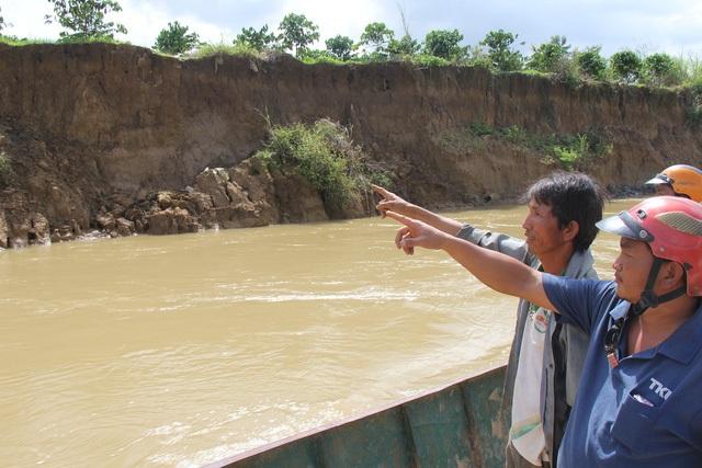 Sạt lở khiến hơn 15 ha đất nông nghiệp bị nuốt chửng.