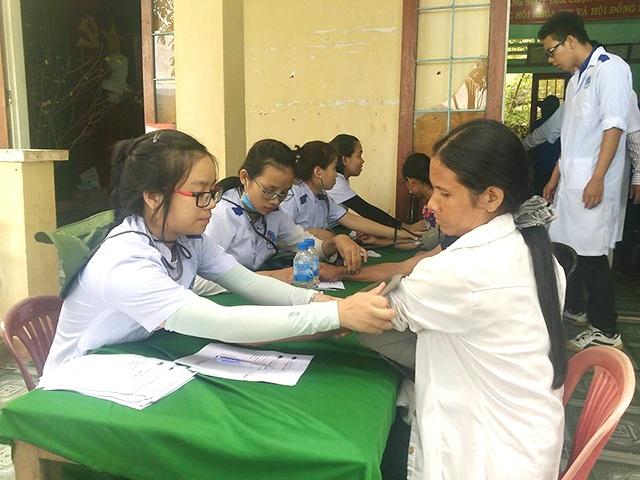 Người dân xã Sơn Bao, huyện Sơn Hà được các đoàn viên Đoàn trường ĐH Kỹ thuật Y - Dược Đà Nẵng khám bệnh, cấp phát thuốc miễn phí.