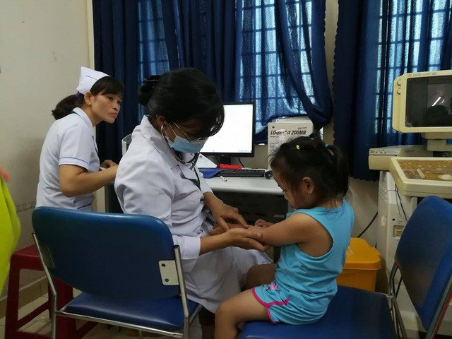 Các bé gửi tại cơ sở mầm non Mầm Xanh được khám sức khỏe chiều ngày 27/11. (Ảnh: Hoài Nam)