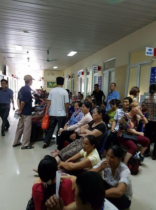 Bệnh nhân chờ khám tại BV K Trung ương. Ảnh: H.Hải