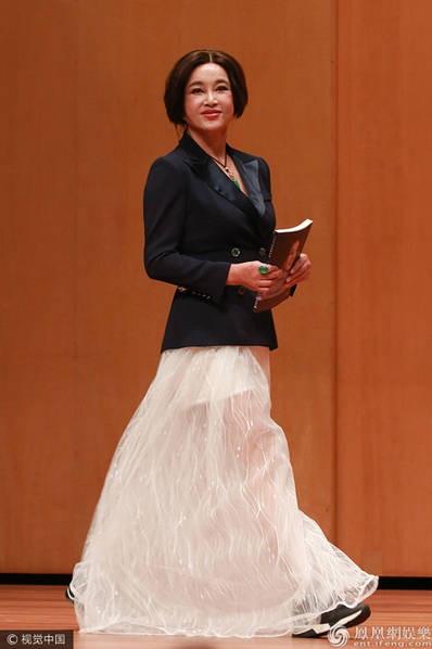 Ngôi sao nổi tiếng diện váy dài, vest thanh lịch và giày thể thao cá tính. Lưu Hiểu Khánh hiện sống tại Mỹ cùng chồng nhưng thỉnh thoảng vẫn về Trung Quốc, Hồng Kong tham dự các sự kiện.