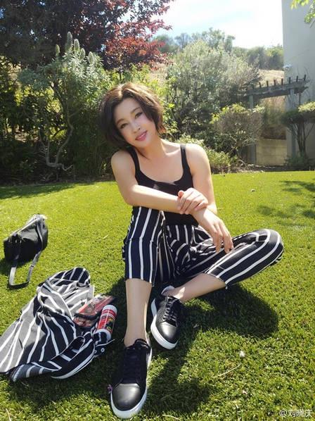 Lưu Hiểu Khánh trẻ đẹp trong những bức ảnh chụp tại Mỹ, chia sẻ về cuộc sống hạnh phúc và được đăng tải trên trang cá nhân.