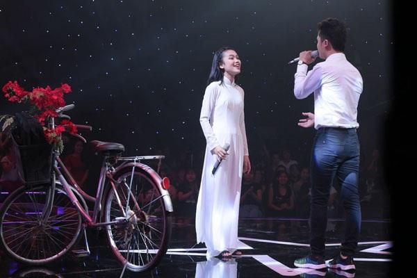 Ngọc Sang và em gái Khánh Linh biểu diễn trong chương trình.