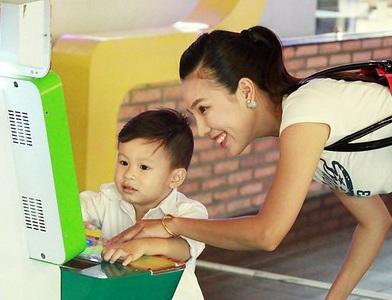 Hiện tại, con trai Khánh Ngọc đã hơn 5 tuổi, bé tên là Nguyễn Nhật Huy và có tên ở nhà là Kuni. Kuni chính là nguồn động lực giúp nữ ca sĩ vượt qua mọi khó khăn sau ly hôn. Cô cùng con trai sống vui vẻ, ổn định trong một chung cư ở quận 4 – TPHCM.