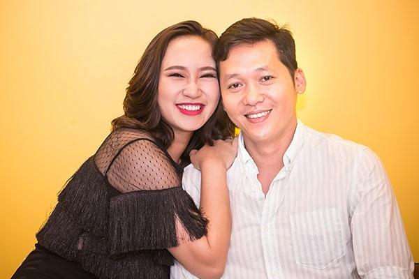 Khánh Linh dành nhiều cử chỉ và lời ngọt ngào cho ông xã.