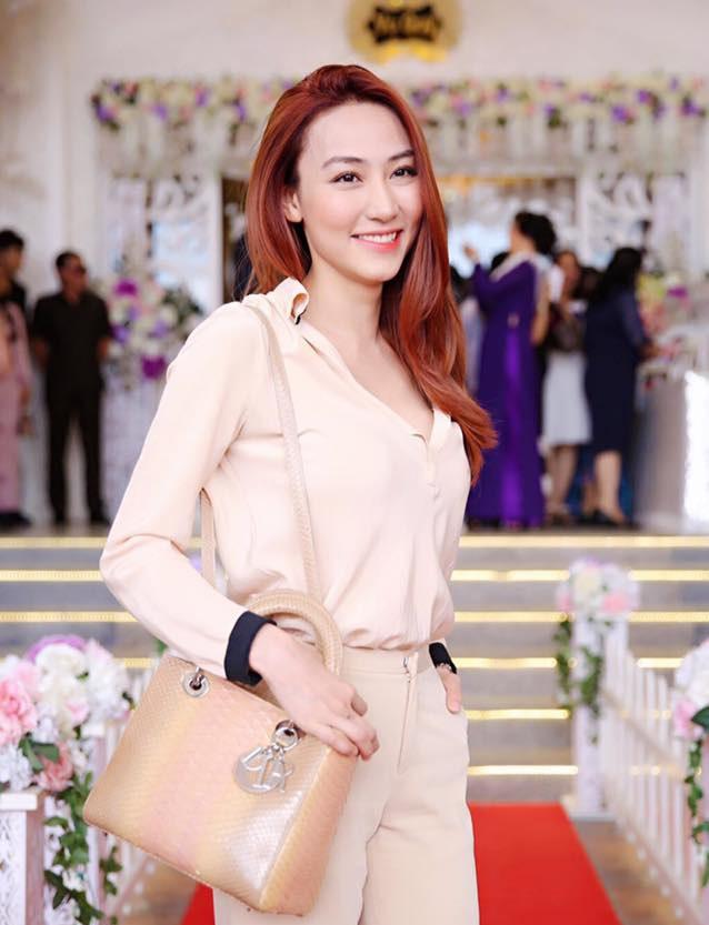 Ngân Khánh vẫn giữ nét trẻ trung, xinh đẹp trong suốt 2 năm không hoạt động nghệ thuật mà làm tròn nhiệm vụ của một người vợ và một cô sinh viên.