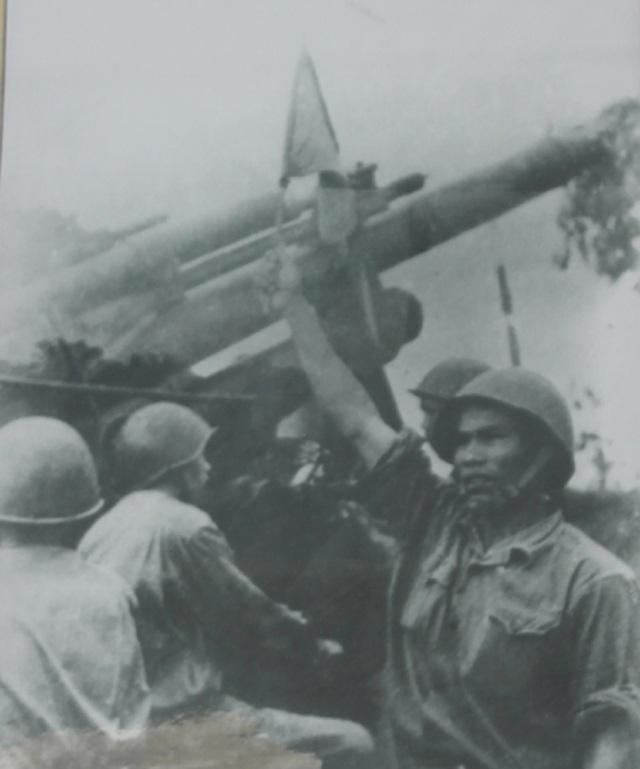 Khẩu đội trưởng Phan Đăng Cát chỉ huy chiến đấu (ảnh tư liệu)
