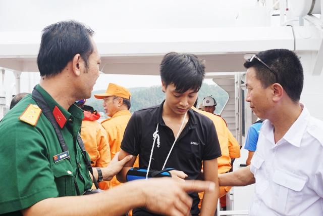 Thợ máy Đặng Duy Khiêm được đưa lên các tàu cứu nạn để giúp xác định vị trí hai thuyền viên còn lại