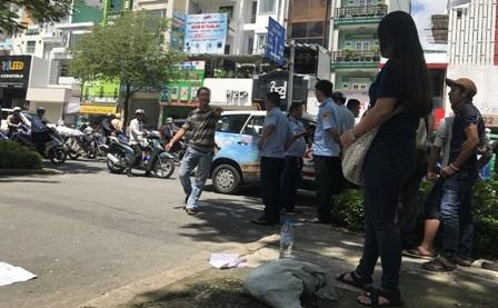 Sự việc xảy ra trước cổng Sở Y tế đã gây hiếu kỳ cho nhiều người qua đường