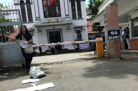 Bà Thanh H. thực hiện nhiều hành đồng quá khích trước cổng Sở Y tế