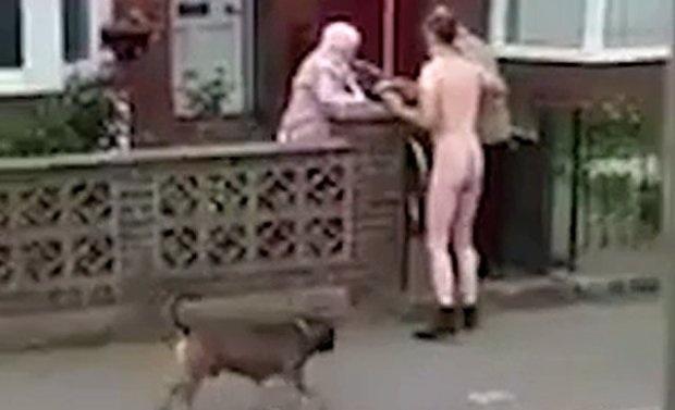 Khỏa thân dạo phố, hồn nhiên dừng lại giúp người già trên xe lăn - 2