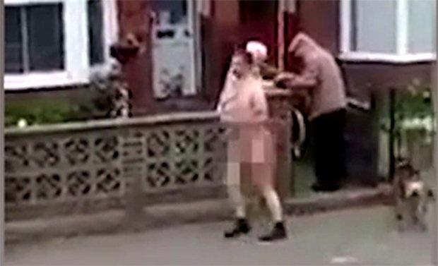 Khỏa thân dạo phố, hồn nhiên dừng lại giúp người già trên xe lăn - 3