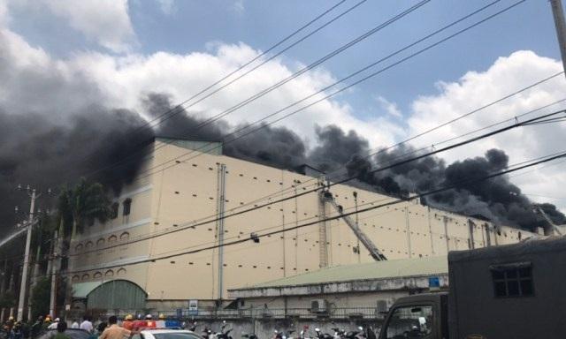 12h50 lửa, khói vẫn bùng phát dữ dội