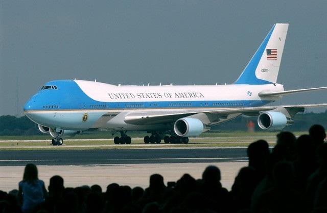 Chuyên cơ Không Lực Một chở Tổng thống Donald Trump tới Hà Nội (ảnh: AFP)