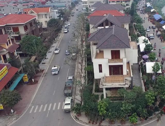 Cả 6 lô biệt thự ở vị trí đắc địa của tỉnh Lào Cai, sau đấu giá đều thuộc quyền sở hữu, sử dụng của gia đình quan chức tỉnh này. Ông Vương Trinh Quốc – Chánh Văn phòng UBND tỉnh Lào Cai khẳng định, các thửa đất tại khu đất biệt thự ở phường Kim Tân, TP Lào Cai được đấu giá đúng quy trình. Thời điểm năm 2014, trong số 6 lô biệt thự, chỉ có 5 lô có người tham gia đấu giá và hơn một năm sau lô còn lại mới có người mua với giá 15 triệu đồng/m2 (cao hơn lô cũ 4,5 triệu đồng/m2). (Ảnh: Mạnh Cường)