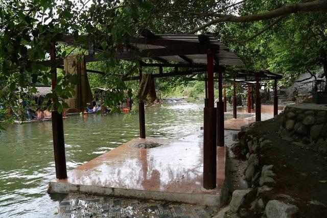 Một khu du lịch không phép ở suối Lương