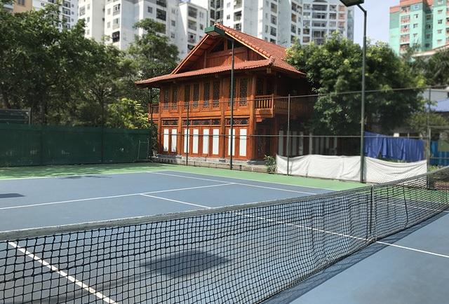 Khu vui chơi cho trẻ nhỏ dù còn thiếu thốn, nhưng trường Ngôi sao Hà Nội vẫn dành khoảng hơn 1/3 diện tích sân trường làm 2 sân tennis và một nhà sàn (được cho là sử dụng sai mục đích). (Ảnh: Quang Phong)