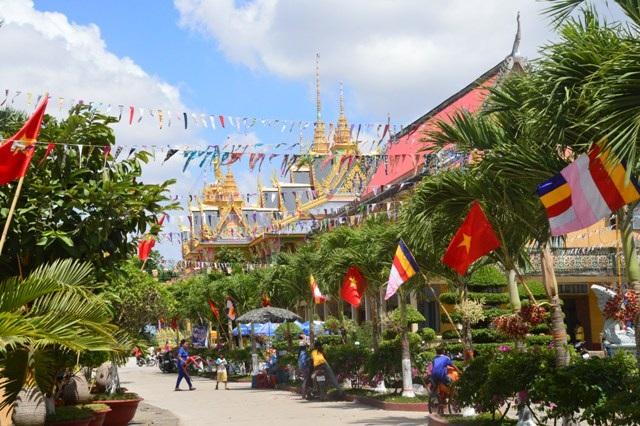 Các chùa Khmer trang trí cờ hoa đẹp mắt đón Tết.