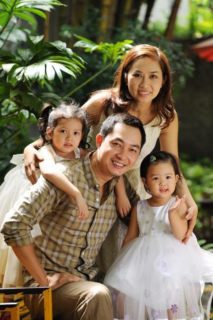 Hiện tại, Khương Thịnh đã có một gia đình hạnh phúc bên bà xã và hai cô công chúa dễ thương. Nam diễn viên là một người chồng, người cha mẫu mực của showbiz Việt khi ngoài thì giờ đóng phim anh luôn dành thời gian để chăm sóc cho gia đình nhỏ của mình.