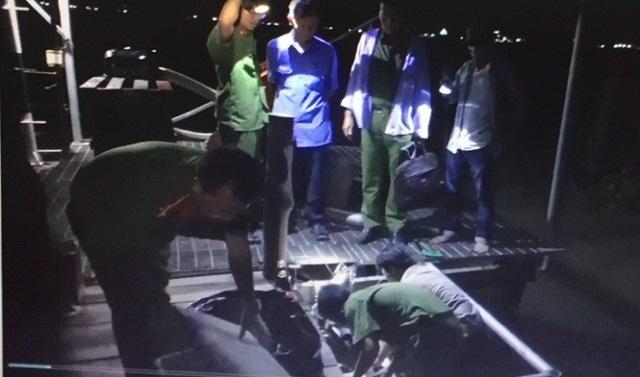 Lực lượng chức năng kiểm tra mẫu nước xả thải tại công ty Huy Việt đêm 12/7