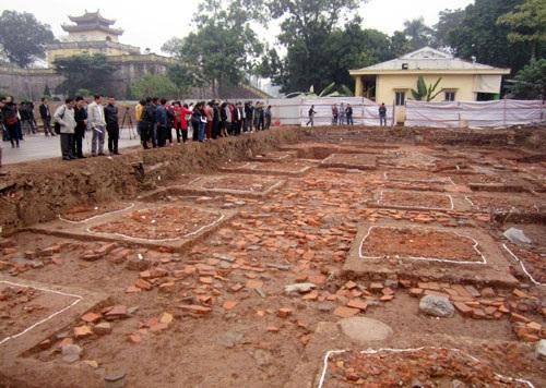 Các hố khảo cổ khai quật trong khuôn viên di tích Hoàng thành Thăng Long. Ảnh: TL.