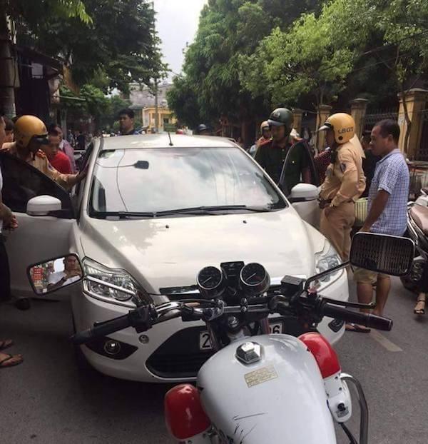 Kiều nữ cố thủ trên xe khi lực lượng chức năng yêu cầu xuống xe làm việc (ảnh CTV).