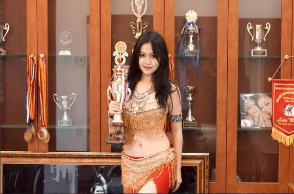 Cô gái sinh năm 2001 Hà Kiều Anh bên tủ thành tích bellydance