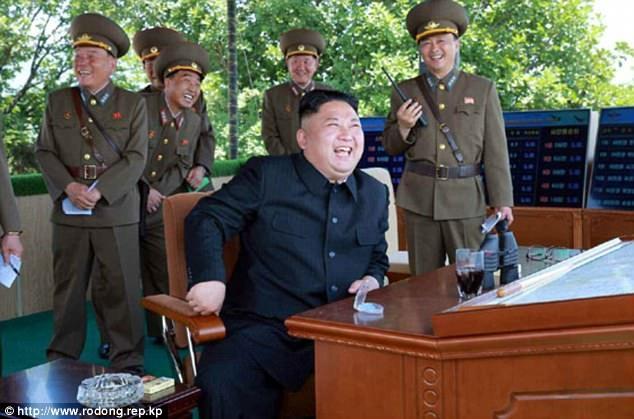 Nhà lãnh đạo Triều Tiên Kim Jong-un đã tham dự và trực tiếp chỉ đạo cuộc so tài của các máy bay chiến đấu Triều Tiên năm nay. Trong ảnh: Ông Kim Jong-un theo dõi cuộc thi từ một đài quan sát. (Ảnh: Rodong Sinmun)