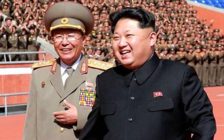 Nhà lãnh đạo Triều Tiên Kim Jong-un và tướng quân đội Ri Yong Gil. (Ảnh: Getty)