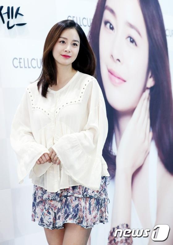 Kim Tae Hee chọn một bộ trang phục nhẹ nhàng và nữ tính cho sự kiện này.