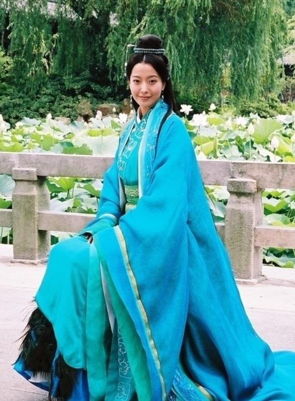 Dù không còn trẻ trung về tuổi đời và tuổi nghề nhưng Kim Hee Sun vẫn luôn được xem là một trong những nhan sắc số một của làng giải trí xứ Hàn tại quê nhà cũng như tại châu Á. Vẻ đẹp của cô không chỉ khiến fan trong nước mê mẩn mà nhiều khán giả Trung Quốc, Đài Loan cũng tôn vinh cô là một trong những mỹ nhân đẹp nhất châu Á.