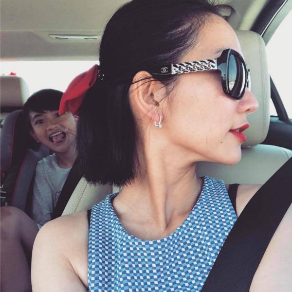 Kim Hiền chụp ảnh cùng cậu con trai Sonic càng lớn càng nghịch ngợm. Cô chia sẻ: Công việc đã cho mình càng nhìn xa! Hậu thuẫn luôn phía sau... luôn từng bước nhìn và học như người anh đã thành công... không vội vã và nghiên cứu kỹ cùng chồng mọi thứ.
