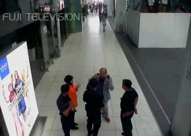 Hình ảnh từ camera cho thấy ông Kim Jong-nam được cho là đang trò chuyện với nhân viên an ninh sân bay sau khi bị tấn công hôm 13/2 (Ảnh: Reuters)