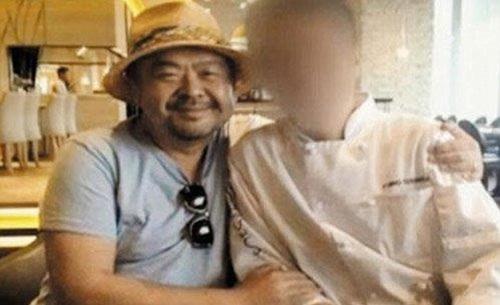 Ông Kim Jong-nam chụp ảnh với đầu bếp một nhà hàng ở Jakarta. (Ảnh: YTN)