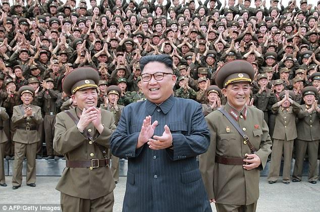 Nhà lãnh đạo Triều Tiên Kim Jong-un trong một chuyến thị sát (Ảnh: AFP)