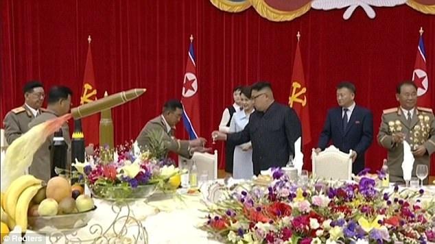 Các tướng lĩnh quân đội chạm ly chúc mừng nhà lãnh đạo Kim Jong-un trên bàn tiệc (Ảnh: Reuters)