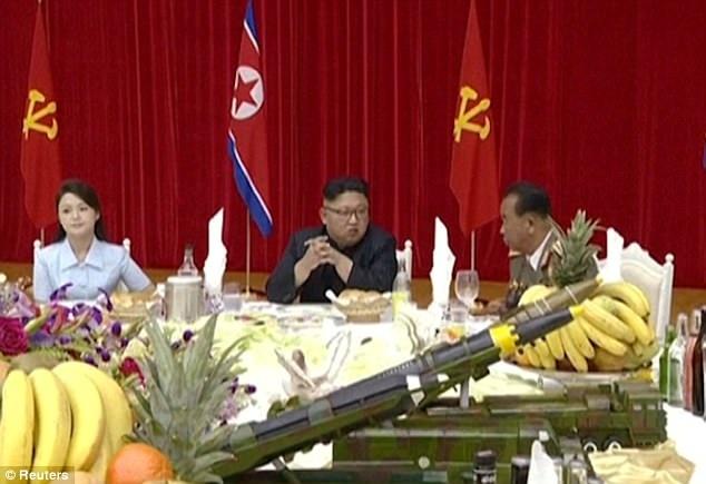 Một mô hình tên lửa được đặt trên bàn tiệc (Ảnh: Reuters)