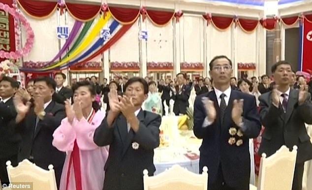 Các khách mời tham dự bữa tiệc vỗ tay chúc mừng thành công của vụ phóng tên lửa ngày 4/7 (Ảnh: Reuters)
