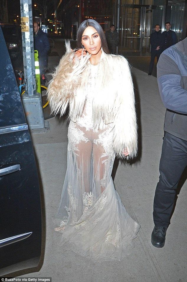 Hồi tháng 1, Kim đã thực hiện một số cảnh quay ở New York cũng trong trang phục này