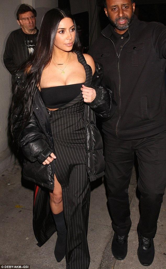 Sau vụ bị cướp nữ trang 10 triệu đô la ở Pháp, Kim Kardashian hầu như ăn mặc rất kín đáo mỗi lần xuất hiện, vì thế trang phục ngày 3/3 của cô khiến thợ săn ảnh bất ngờ vì quá táo bạo