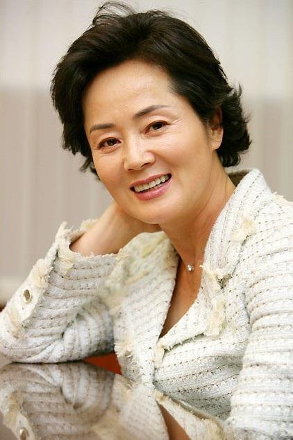 Sự ra đi của ngôi sao kỳ cựu Kim Young Ae khiến người hâm mộ điện ảnh xứ Hàn và các đồng nghiệp tiếc nuối.
