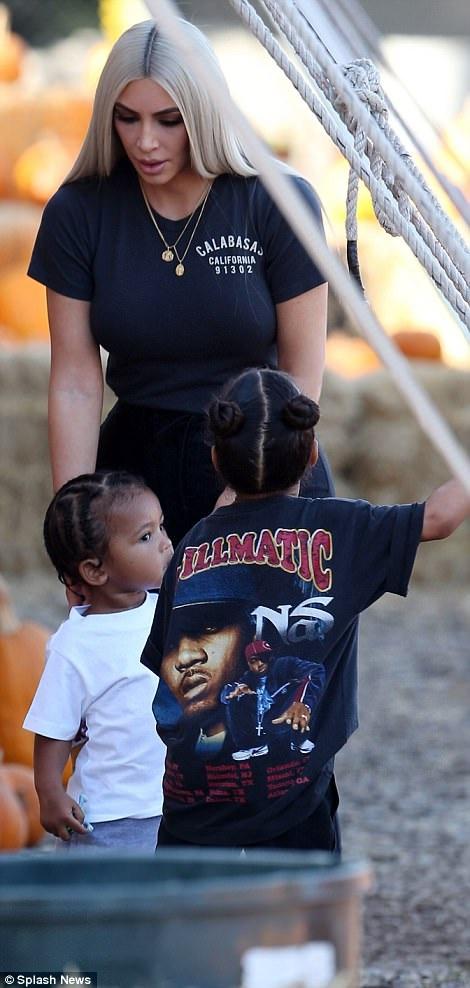 Kim từng tâm sự, việc cô mang bầu bé Saint rất khó khăn và nguy hiểm. Tuy nhiên, sau khi con trai chào đời, cô vẫn khát khao được làm mẹ thêm lần nữa nên đã quyết định nhờ người mang thai hộ. Vào đầu năm sau, đứa con thứ ba của Kim và Kanye sẽ chào đời.
