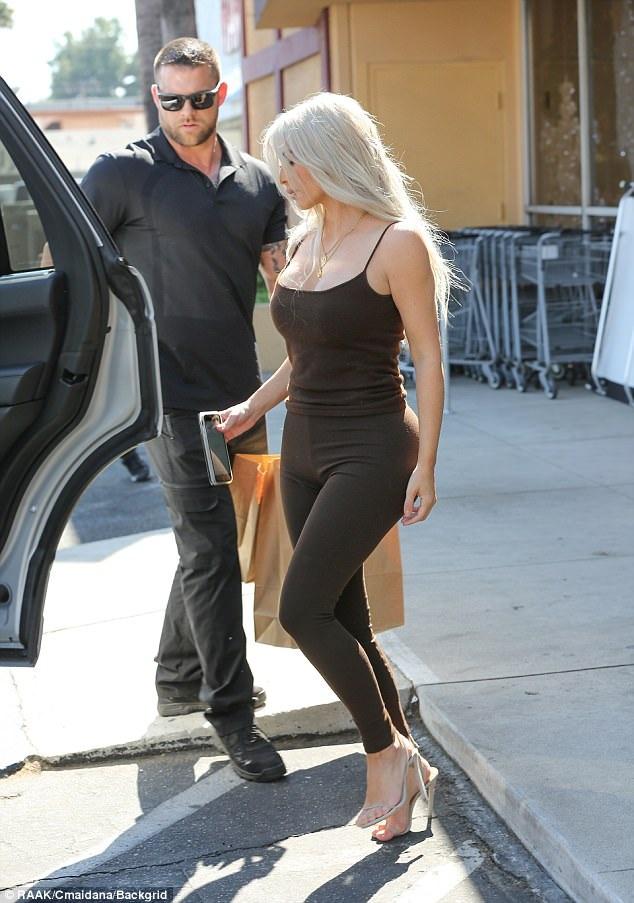 Kim đã quyết định chuyển sang màu tóc bạch kim ấn tượng. Cơ thể của cô cũng thay đổi đáng kể trong thời gian gần đây nhờ tập luyện chăm chỉ.